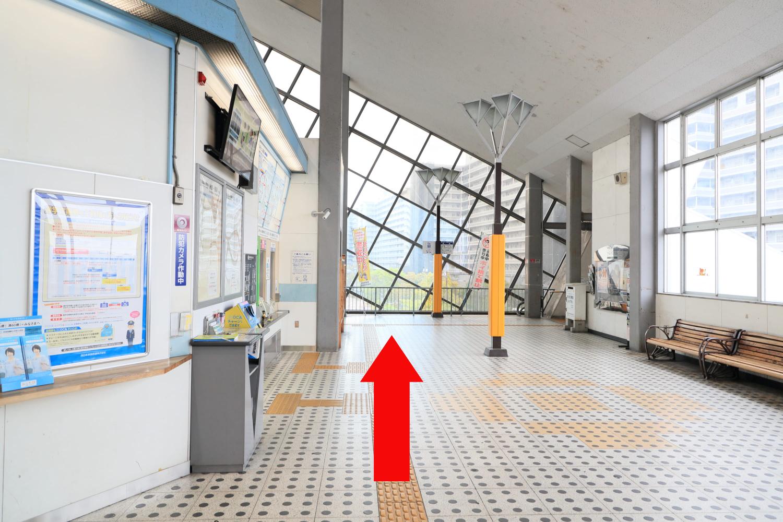 栗東駅の改札を出て、左に進みます。